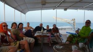 Tauchgruppe sitzt gemütlich am Oberdeck des Tauchschiffes
